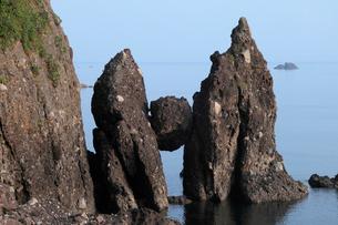 はさかり岩 -岩の間に挟まった大石-の写真素材 [FYI03877015]