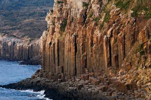 長崎県 塩俵断崖の玄武岩柱状節理の写真素材 [FYI03877054]
