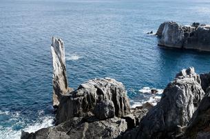 巨釜(おおがま)の折石 石灰岩岩塔の写真素材 [FYI03877070]