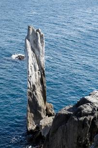 巨釜(おおがま)の折石 石灰岩岩塔の写真素材 [FYI03877072]