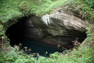 天窓洞 海食洞門の天井穴の写真素材 [FYI03877079]