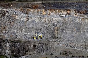 八戸キャニオン 石灰岩の露天掘り鉱山の写真素材 [FYI03877101]