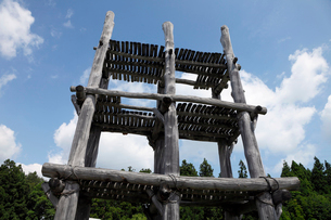 8月夏 三内丸山遺跡 日本最大の縄文遺跡の写真素材 [FYI03877151]