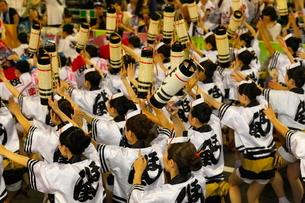 8月夏 徳島本場の阿波踊りの写真素材 [FYI03877200]