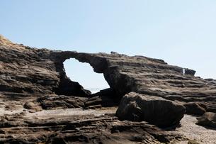 3月春,城ヶ島に見られる馬の背洞門の写真素材 [FYI03877229]