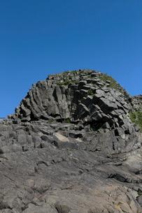 7月夏 根室車石 玄武岩の放射状節理の写真素材 [FYI03877250]