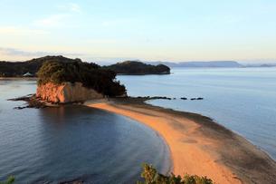 11月 小豆島のエンジェルロード 典型的な陸繋砂州の写真素材 [FYI03877254]