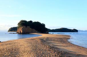 11月 小豆島のエンジェルロード 典型的な陸繋砂州の写真素材 [FYI03877256]