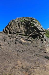 7月夏,根室車石-玄武岩の放射状節理の写真素材 [FYI03877283]