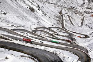 ポルティージョの雪山と道路の写真素材 [FYI03877376]