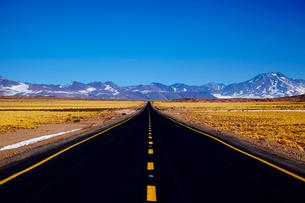 標高4000mの道路の写真素材 [FYI03877384]