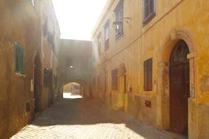モロッコ アルジャディーダの小径の写真素材 [FYI03877431]