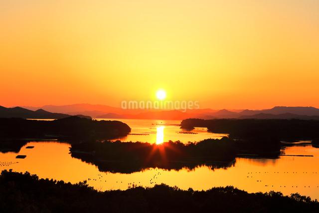伊勢志摩 ともやま公園より望む快晴の英虞湾に夕日の写真素材 [FYI03877446]