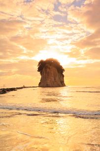 能登半島・見附島に朝日の写真素材 [FYI03877449]