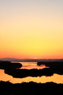 伊勢志摩 ともやま公園より望む英虞湾の夕焼け空に鳥の写真素材 [FYI03877450]