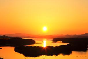 伊勢志摩 ともやま公園より望む快晴の英虞湾に夕日の写真素材 [FYI03877451]