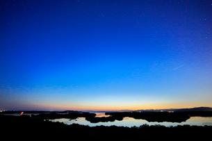 伊勢志摩 ともやま公園より望む夕暮れの英虞湾に星空の写真素材 [FYI03877453]