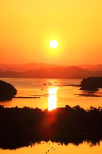 伊勢志摩 ともやま公園より望む快晴の英虞湾に夕日の写真素材 [FYI03877454]