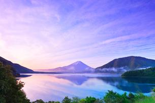 本栖湖に逆さ富士と朝焼け空の写真素材 [FYI03877497]