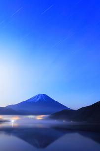 本栖湖に逆さ富士と夜明けの空に星の写真素材 [FYI03877500]