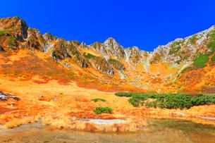 秋の中央アルプス千畳敷カール 剣ヶ池に紅葉と快晴の空の写真素材 [FYI03877503]