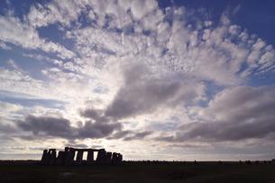 世界遺産ストーンヘンジと雲の写真素材 [FYI03877651]