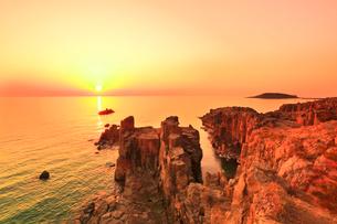 東尋坊より望む日本海に夕日の写真素材 [FYI03877652]