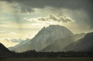 ザルツブルグ周辺の山々の写真素材 [FYI03877653]