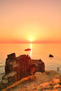 東尋坊より望む日本海に夕日の写真素材 [FYI03877656]