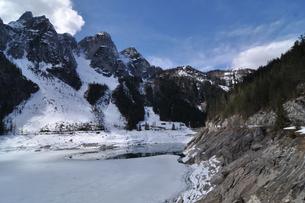 ハルシュタット周辺のゴーザウ湖の写真素材 [FYI03877658]