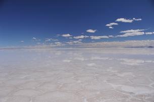 鏡張りのウユニ塩湖の写真素材 [FYI03877679]