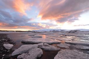 氷河湖ヨークルスアゥルロゥンの夕景の写真素材 [FYI03877684]
