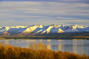 朝日に照らされたプカキ湖周辺の山々の写真素材 [FYI03877695]