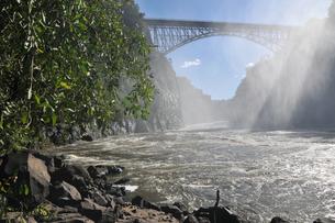 ゼンビアとジンバブエ国境に架かる橋(ビクトリア滝周辺)の写真素材 [FYI03877702]