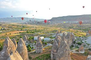 世界遺産カッパドキアと気球の写真素材 [FYI03877709]