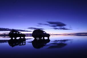 夜明け前のウユニ塩湖の写真素材 [FYI03877714]