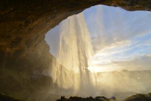 裏から見る夕暮れのセリャラントスフォスの滝の写真素材 [FYI03877741]