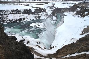 雪に覆われたグトルフォスの滝の写真素材 [FYI03877749]