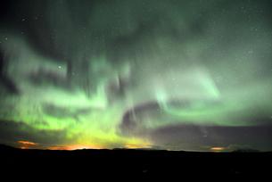 天空を覆うアイスランドのオーロラの写真素材 [FYI03877756]
