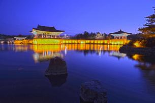 世界遺産慶州歴史地域の雁鴨池の写真素材 [FYI03877770]