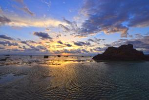 あやまる岬からの日の出の写真素材 [FYI03877776]