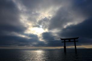 湖に浮かぶ鳥居の写真素材 [FYI03877791]