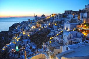 夕暮れのサントリーニ島の写真素材 [FYI03877799]