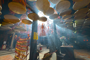 光差し込む天后廟の写真素材 [FYI03877823]