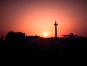 京都府 夕暮れの京都タワーの写真素材 [FYI03877844]