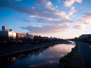京都府 鴨川の夕暮れ(団栗橋より)の写真素材 [FYI03877845]