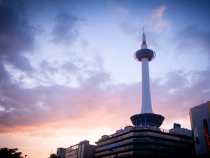 京都府 夕暮れの京都タワーの写真素材 [FYI03877856]