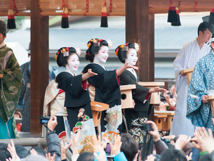 京都府 八坂神社 豆まき(宮川町歌舞会)の写真素材 [FYI03877857]