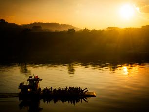 中国 雲南省 ガンランパ 夕暮れの渡し船の写真素材 [FYI03877862]