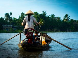 ベトナム カントーの船をこぐ女の写真素材 [FYI03877874]